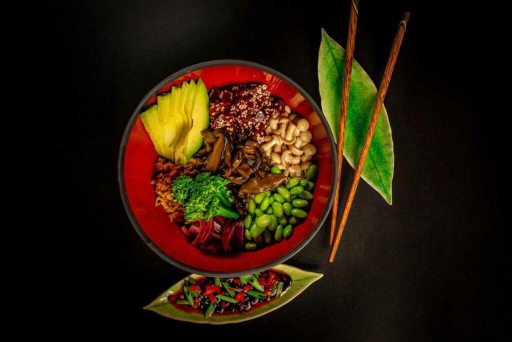 Kuchnia azjatycka - bowl azjatycki wege z grzybami i awokado