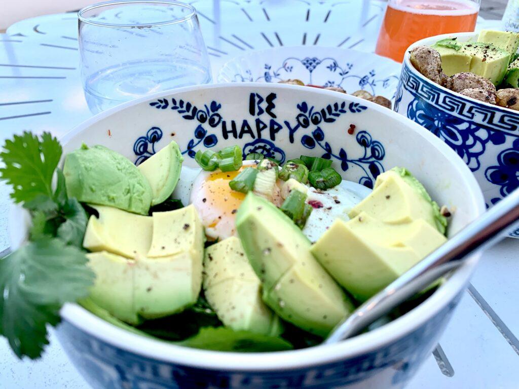 Comfort food - sałatka z awokado i jajkiem