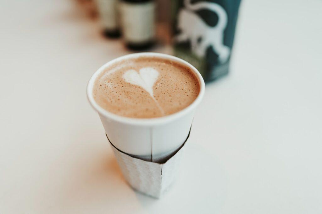 Kawa w jednorazowym kubku. Jak prowadzić BDO w gastronomii? Przeczytaj - blog gastronomiczny Bidfood Farutex