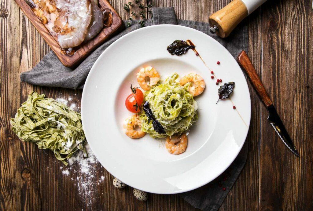 Makarony kolorowe - tagliatelle z krewetkami, marakują i mango - blog gastronomiczny Bidfood Farutex