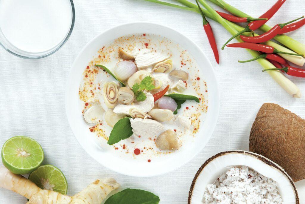 Zupa tom kha wykorzystująca mleczko kokosowe - blog gastronomiczny Bidfood Farutex