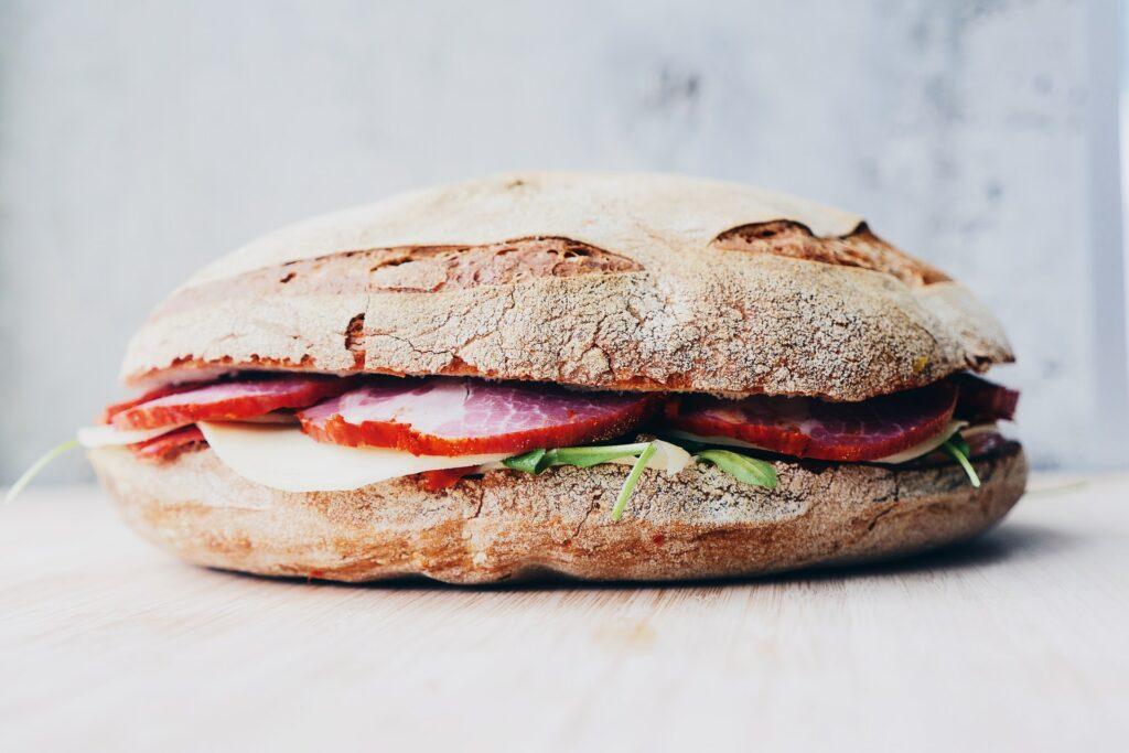 Kanapka na śniadanie - pieczywo do wypieku - blog gastronomiczny Bidfood Farutex