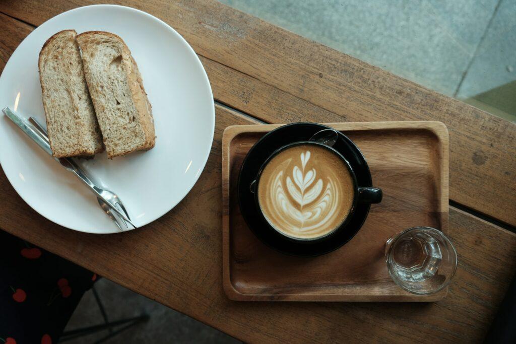 Śniadanie z kanapką i kawą - pieczywo do wypieku - blog gastronomiczny Bidfood Farutex