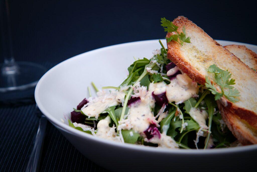 Sałatka - pieczywo do wypieku dla gastronomii - dlaczego warto je wybrać? - blog gastronomiczny Bidfood Farutex