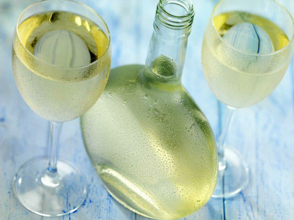 Vinho verde, wino na lato - jak skomponować wakacyjną kartę win? Sprawdź - blog gastronomiczny Bidfood Farutex