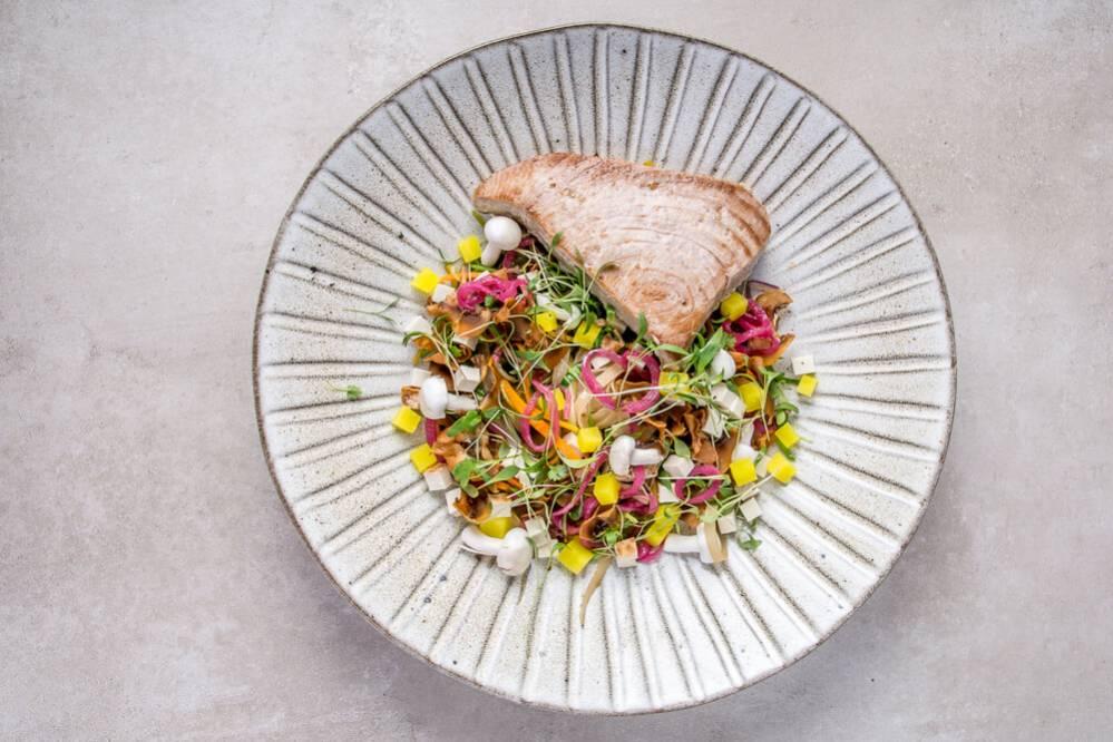 Ryby do cateringu - stek z tuńczyka na makaronie orientalnym