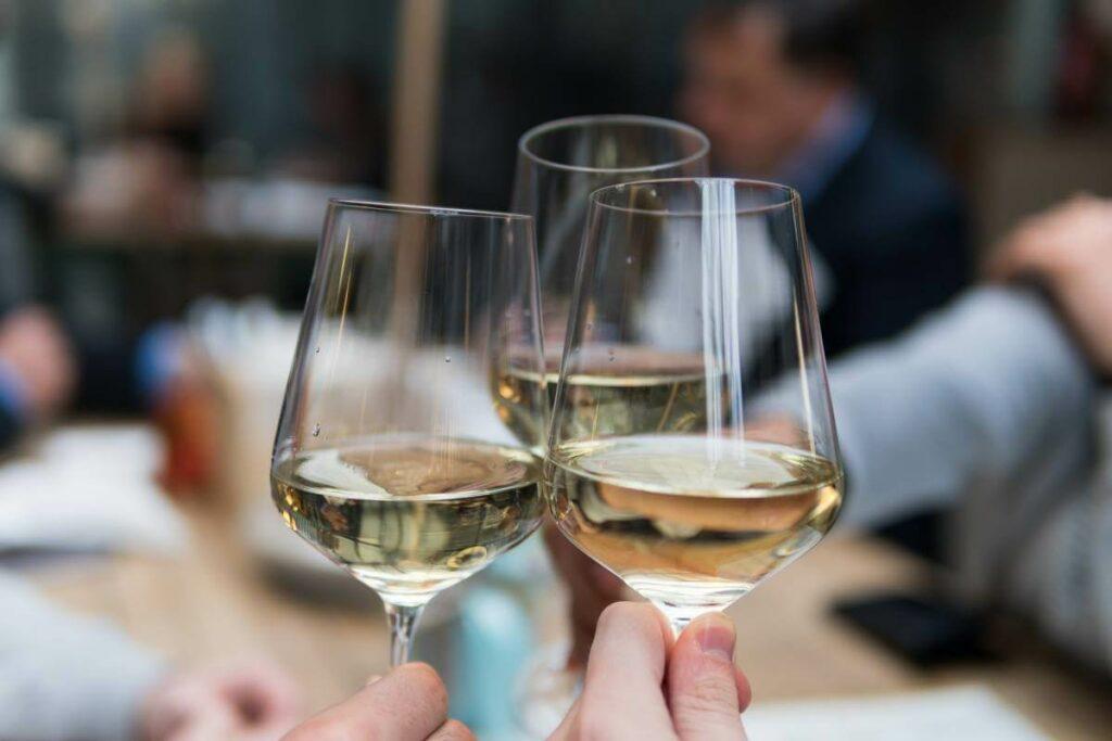 Jaka jest odpowiednia temperatura wina białego? Zobacz podpowiedzi sommeliera - blog gastronomiczny Bidfood Farutex