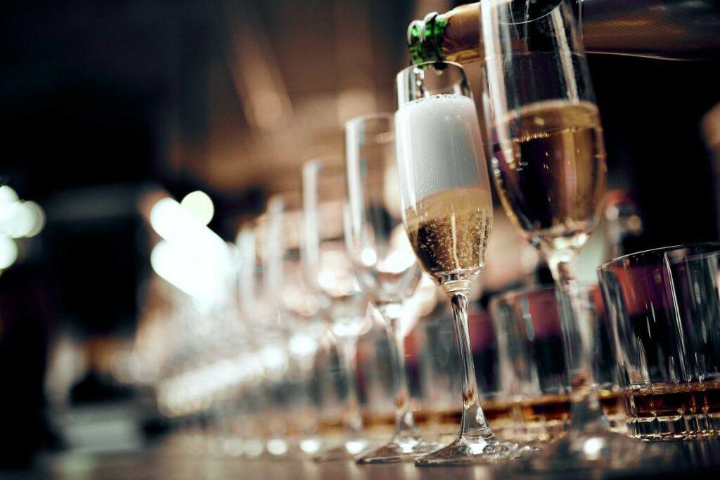 Jaka jest odpowiednia temperatura wina musującego? Zobacz podpowiedzi sommeliera - blog gastronomiczny Bidfood Farutex