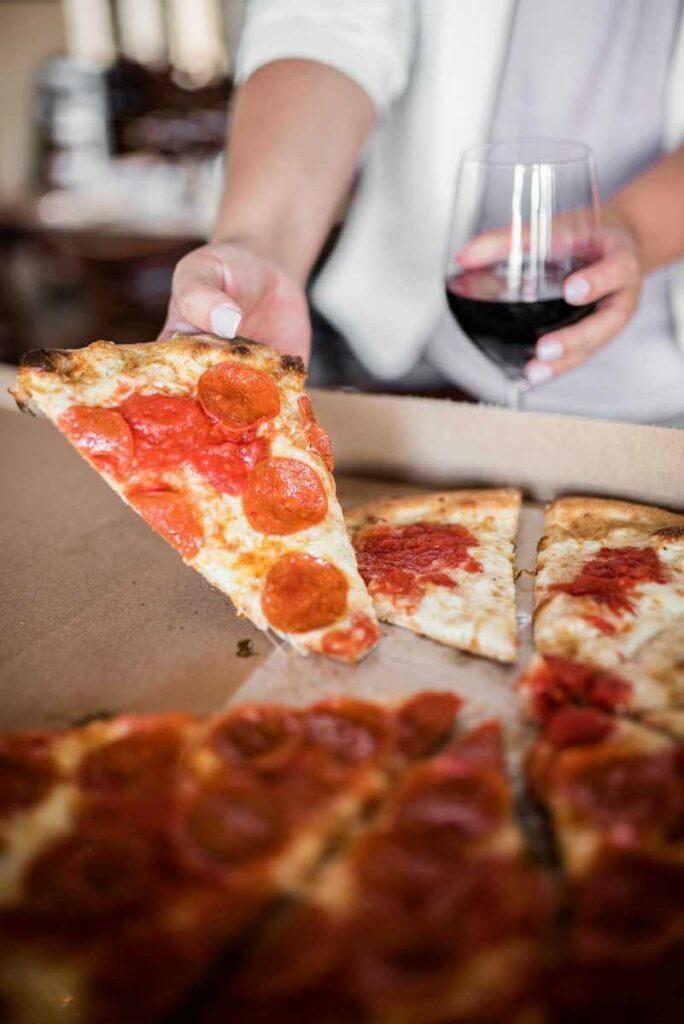 Pizza i czerwone wino - jak dobrać wino do pizzy? Sprawdź! - blog gastronomiczny Bidfood Farutex
