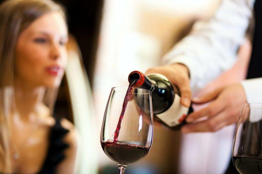Jaka jest odpowiednia temperatura wina czerwonego? Zobacz podpowiedzi sommeliera - blog gastronomiczny Bidfood Farutex