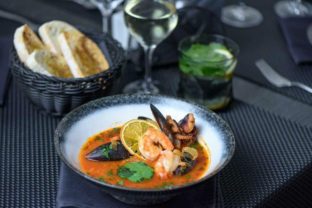 Jakie wino do kuchni włoskiej wybrać? Zobacz selekcję win białych - blog gastronomiczny Bidfood Farutex
